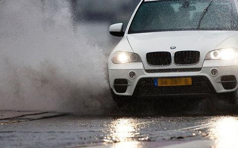Waterslag: waarom je nooit expres met je auto door een plas moet rijden