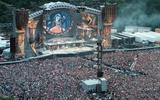 Groningen, 3 juni 1999: 75.000 fans gaan uit hun dak bij de Rolling Stones. Het gemeentebestuur wil de drafbaan in het Stadspark opnieuw 'in de markt zetten' als podium voor de wereldtop in de muziekindustrie.