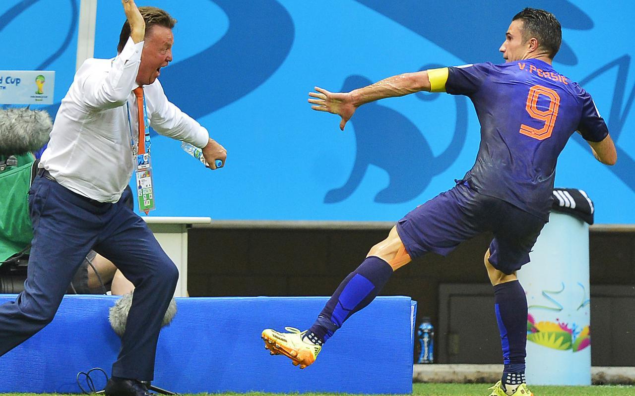 Robin van Persie juicht met bondscoach Louis van Gaal tijdens de wedstrijd Spanje-Nederland op het WK voetbal.