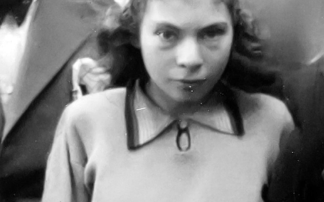 Diena Cohen op zestienjarige leeftijd. Zij werd vermoord in Auschwitz op 19 oktober 1942.