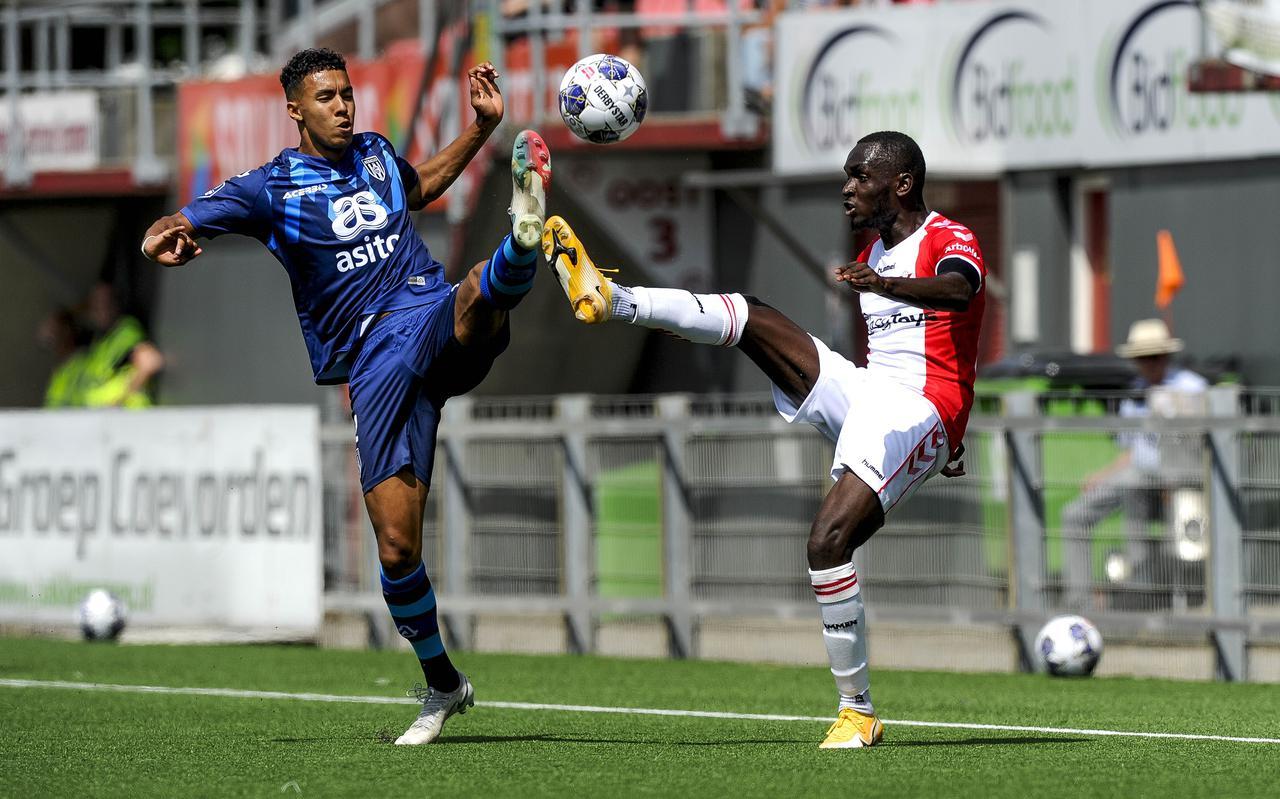 FC Emmen-speler Arnaud Luzayadio in duel met Heraclied Ruben Roosken.