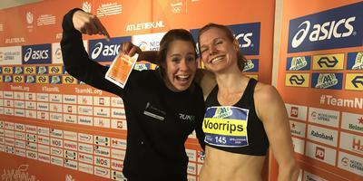 Marit Dopheide (links) feliciteert haar teamgenote Suzanne Voorrips met haar titel op de 800 meter.