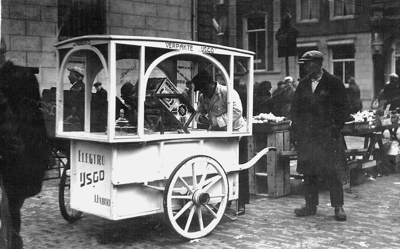 De ijscokar keerde in de jaren dertig weer terug in het Meppeler straatbeeld. Op deze foto is de kar van Meppels beroemdste ijsmaker Huberts te zien.