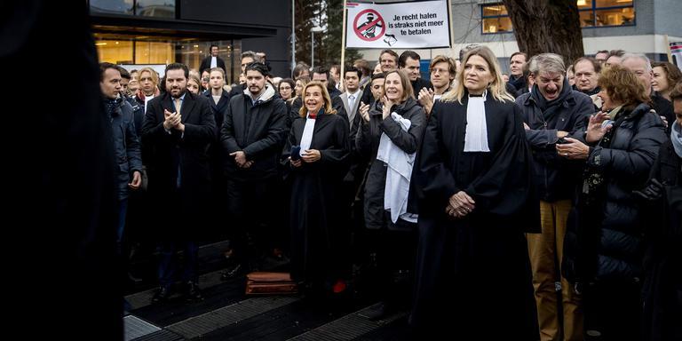 Ondermeer in Amsterdam legden advocaten al het werk neer uit protest tegen de plannen om de kosten van rechtshulp te beperken. Foto: ANP/Koen van Weel