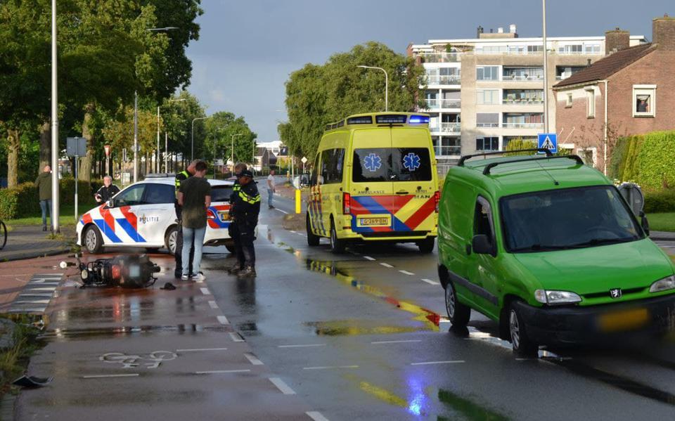 Scooterrijder gewond bij botsing met bestelwagen in Assen.