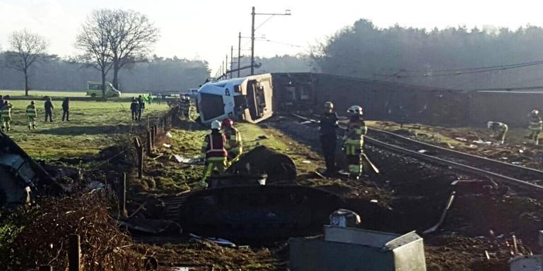 Trein botst met hoogwerker in Dalfsen: machinist omgekomen. FOTO'S GINOPRESS/ANP