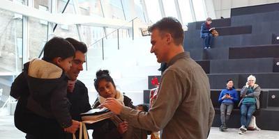 Vince is de 100.000ste bezoeker van Forum Groningen. Foto: Forum Groningen