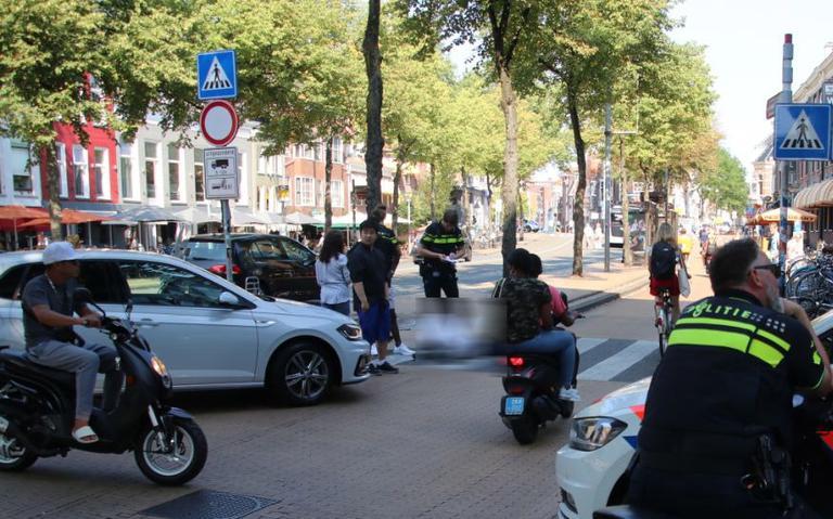 Aanrijding tussen scooter en auto op Gedempte Zuiderdiep in Groningen, scooterrijder gewond.