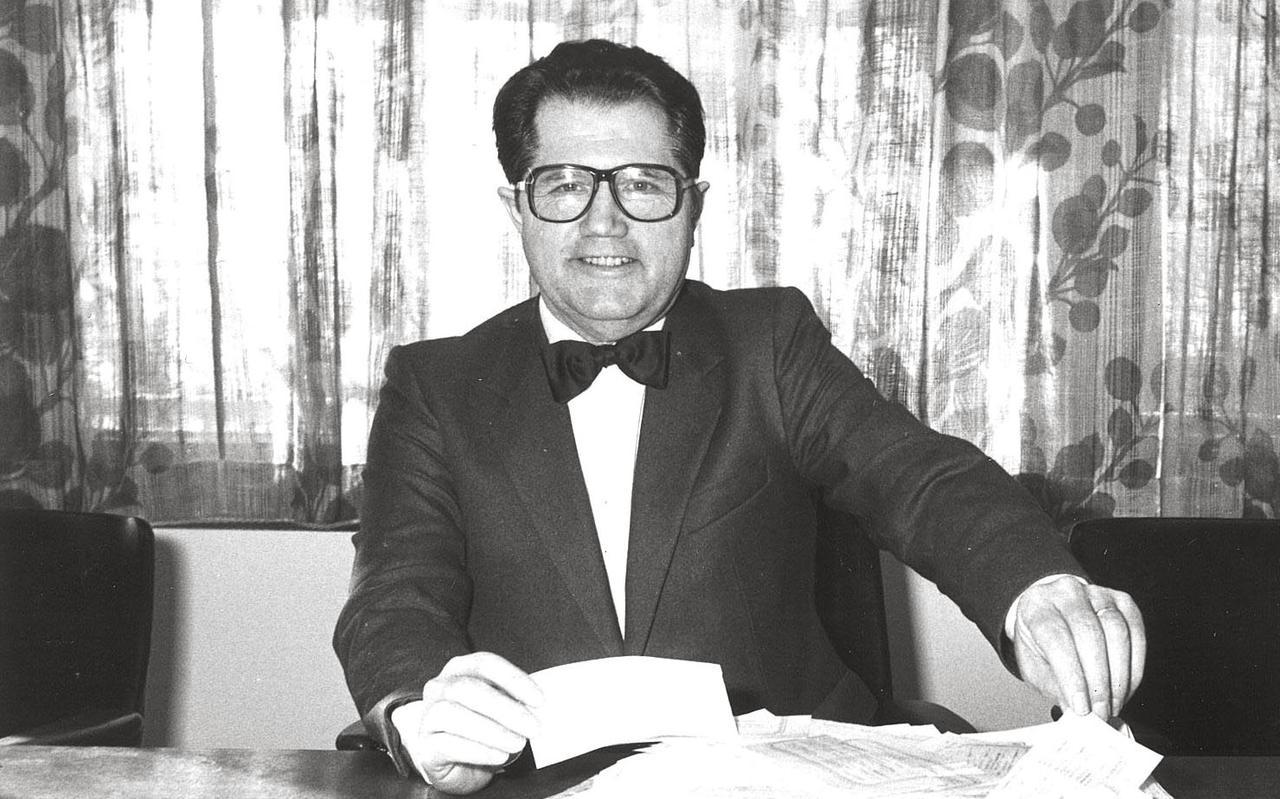 Johan Ros in zijn periode als wethouder van de gemeente Emmen. Nadat hij stopte met werken, begon hij voor zijn plezier met de verkoop van tweedehands boeken.