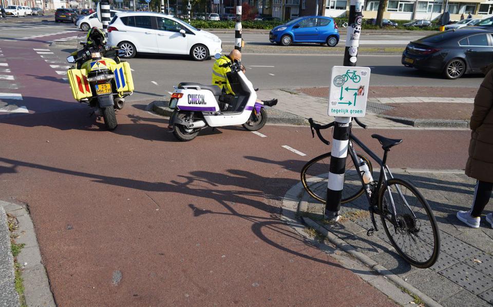 Wielrenner gewond na botsing met scooter op kruising in Groningen.