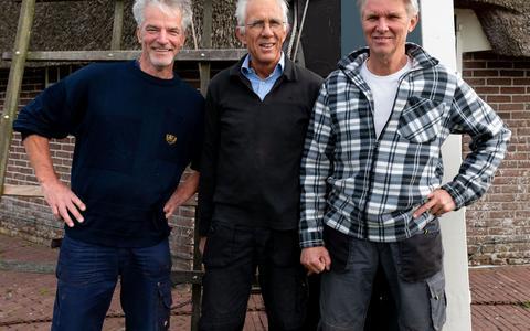 Van links naar rechts: Ron Schreuder, Hans Hordijk en Willem Markenstein. De drie Aaldenaren mogen als gediplomeerd molenaars de wieken van de Aeldermeul in beweging zetten.