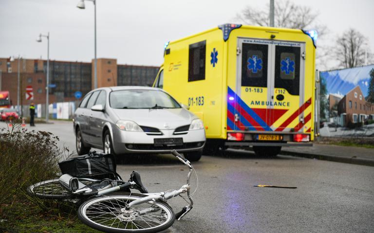 Fietser gewond bij aanrijding met auto in Hoogezand, Kerkstraat afgesloten.