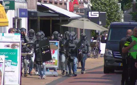 Agenten in kogelvrije vesten vergrendelen centrum Steenwijk na melding persoon met vuurwapen (update)