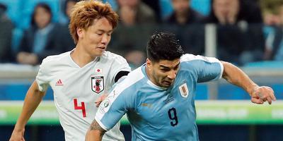 Ko Itakura in duel met Luis Suarez, tijdens de groepswedstrijd Uruguay-Japan. Foto: EPA
