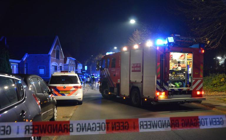 Gaslek bij buurthuis in Veendam, Klaverjassers en verjaardagsgasten staan buiten na ontruiming