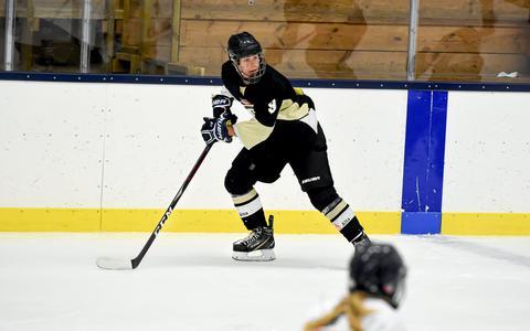 IJshockeyster Marée Dijkema was van plan slechts een jaartje in Zweden te spelen. Na de zomer gaat ze alweer haar vierde seizoen in