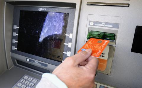 Nepbezorgers PostNL verwisselen bankpassen en ontfutselen pincodes: ook hoogbejaarde man (98) in Dokkum opgelicht