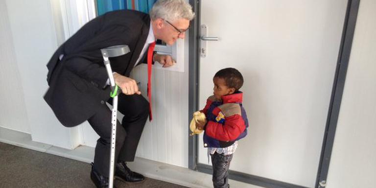 Burgemeester Marco Out begroet een nieuw bewonertje van het azc in Assen. FOTO GEMEENTE ASSEN.