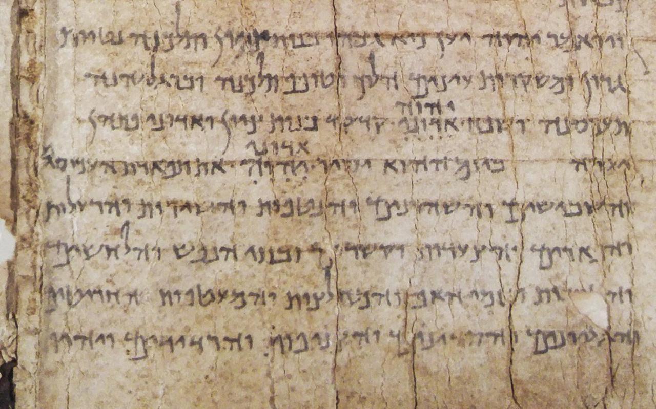 Een fragment van de ruim tweeduizend jaar oude Jesaja-rol die in Groningen is onderzocht.