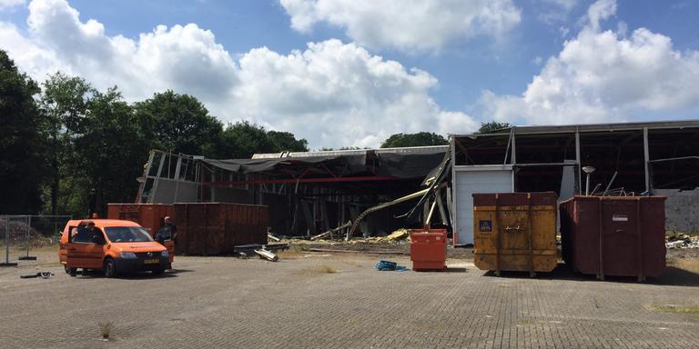 Sloopbedrijf Boverhoff uit Heerde is dinsdag gestart met de sloop van de Prins Bernhardhoeve in Zuidlaren.