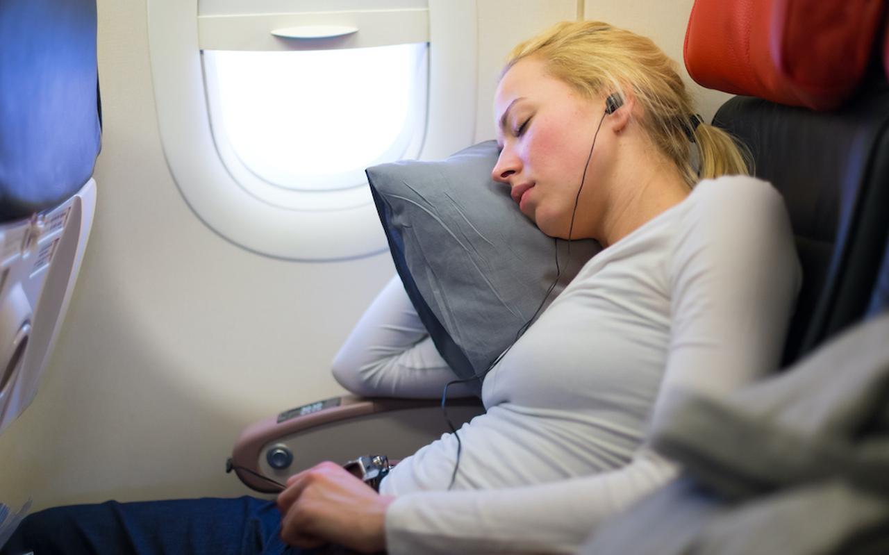 Slapen in het vliegtuig is vaak erg moeillijk
