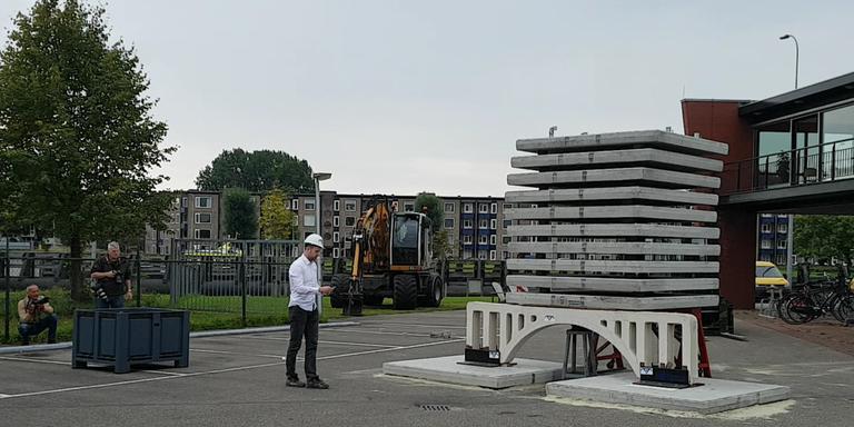 Foto van test met eerste 3D-geprinte autobrug ter wereld bij de Oostersluis in Groningen.