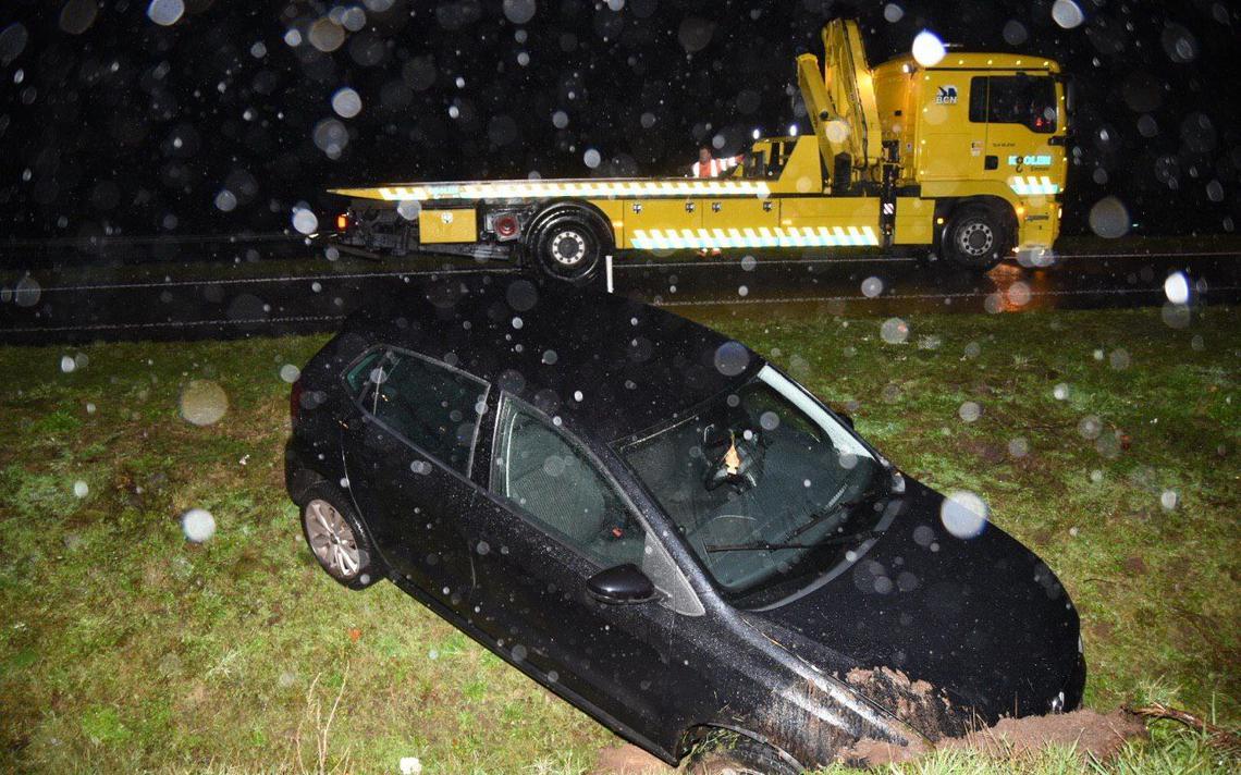 Auto in sloot langs N34 bij Erm: bestuurder gewond - Dagblad van het Noorden