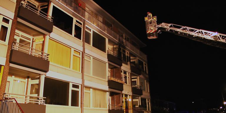 De brandweer haalde de man uit zijn woning. Foto Persbureau Meter