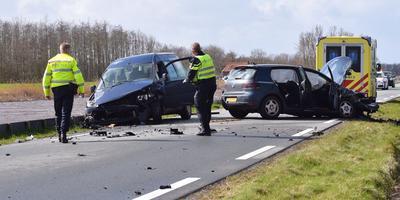 Twee van de drie auto's die op het Slochterdiep met elkaar in botsing kwamen. Foto: ProNews