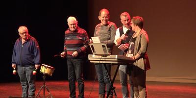 De Woldstee-band, voor mensen met een beperking, staat zaterdag ook op het Knoop op Knoal-gala van DWS. Op de foto van links naar rechts: Wessel Harm Wessels, Mattie Bruins, Erwin Veenstra, Alex Bos en Marga den Boef.