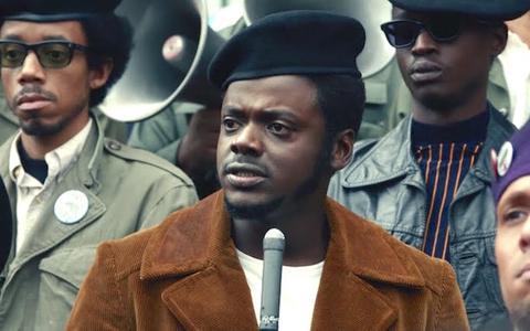 Oscarwinnaar Daniel Kaluuya geeft Black Panter-voorman stem in de film Judas & the black messiah   Film-recensie ★★★☆☆