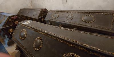 De grafkisten van twee verre neven van Adolf van Nassau. Foto: Lammert Doedens