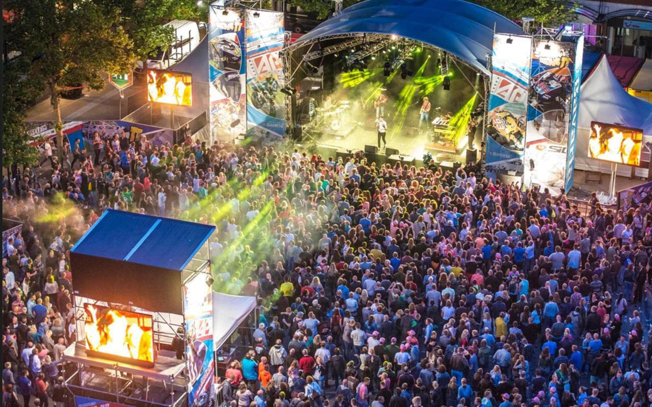 Veel feestende mensen en muziek, maar ook geweld tijdens de laatste echte TT-nacht.