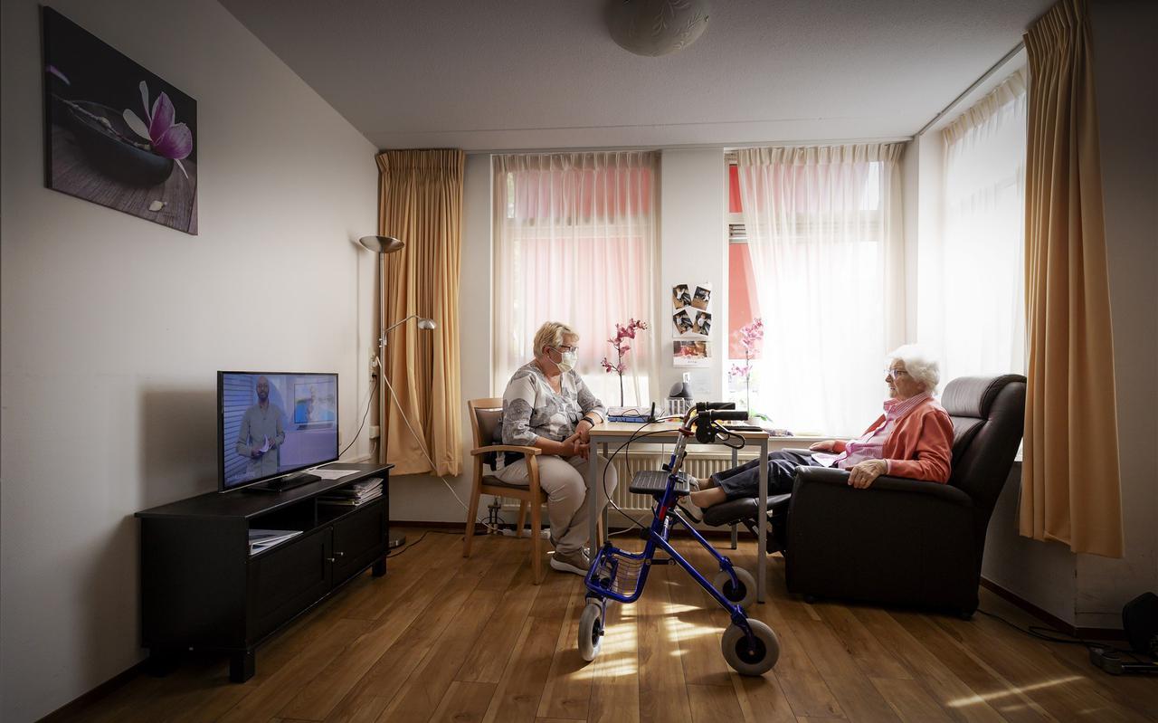 Ouderen zijn vaak eenzaam tijdens de coronacrisis. Het Ouderenfonds heeft de Zilverlijn opgericht, waarmee leden kunnen telefoneren met een belmaatje.