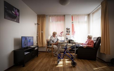 Annie (72) vraagt zich af over er hulplijnen zijn voor eenzame mensen: 'Er moet toch een nummer zijn dat zij kunnen bellen?'