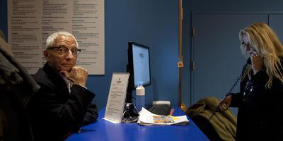 Alessandro Mendini in 2014 tijdens een bezoek aan het toen 20-jarige Groninger Museum. Foto: Reyer Boxem