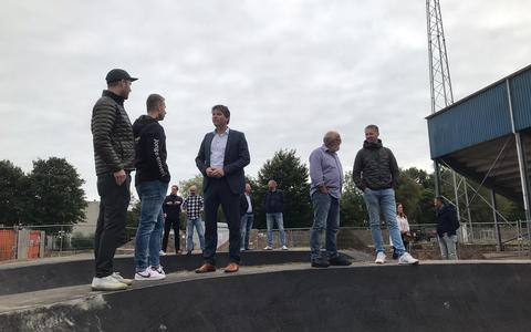 Op de pumptrack, het eerste onderdeel van de nieuwe Skill Garden in Veendam dat af is. Er komt 6300 vierkante meter beweegruimte met voor elk wat wils. Leon Steneker (uiterst links) wethouder Henk Jan Schmaal (wit overhemd) praten over de plannen.
