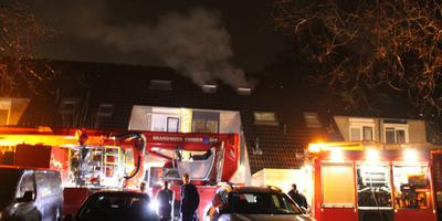 De brandweer blust een felle brand op een bovenverdieping aan de Sneeuwvink in Emmen.