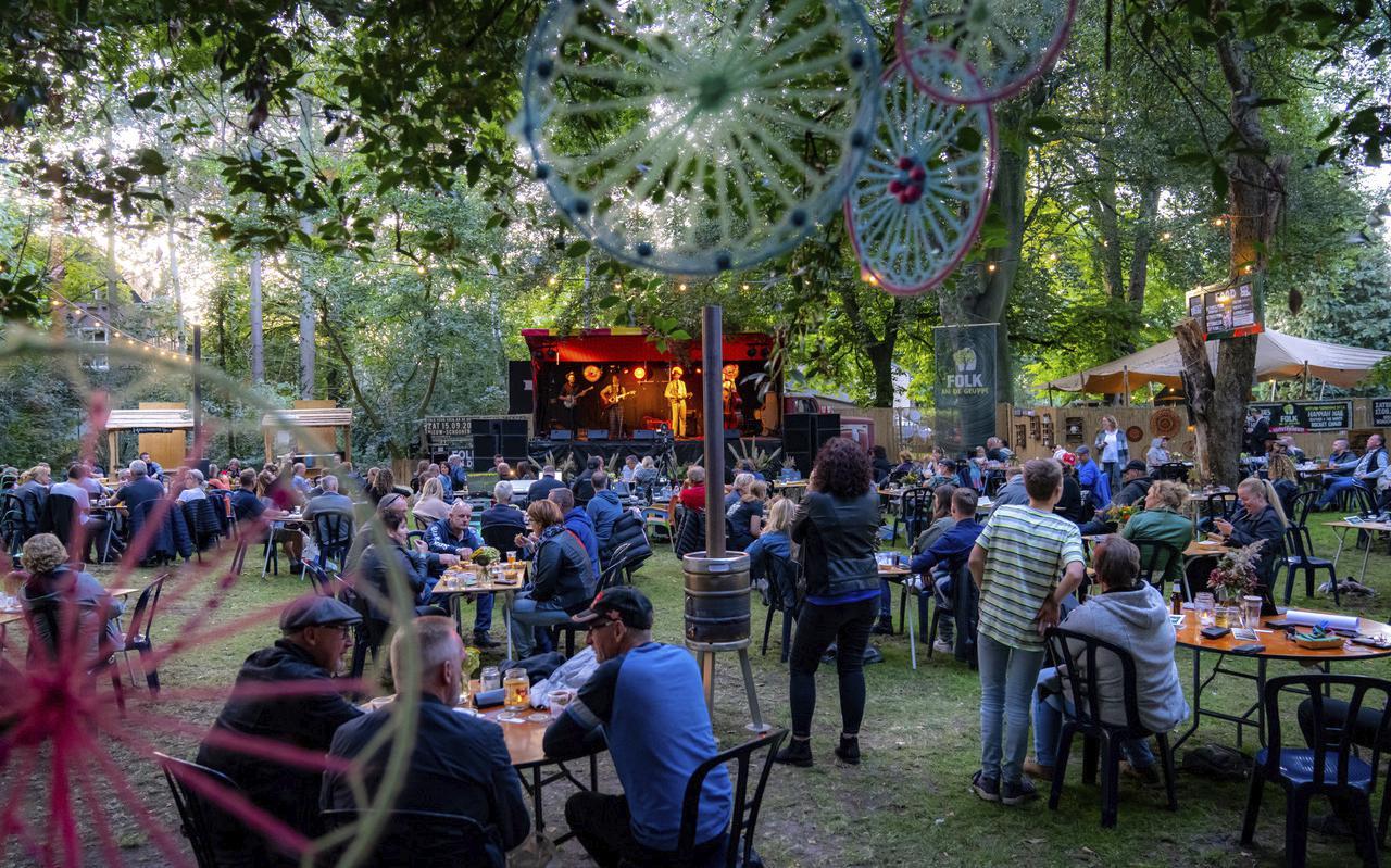 Bezoekers aan Folk an de Gruppe moesten vorig jaar blijven zitten, dit jaar mogen de stoelen aan de kant