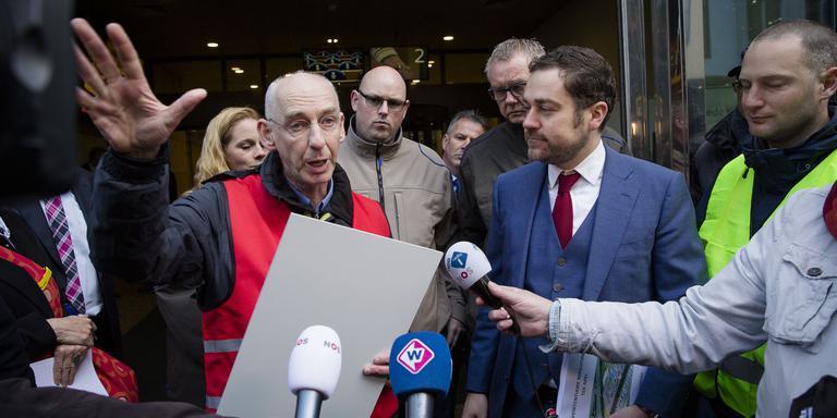 Frans Carbo (l, FNV), in gesprek met Staatssecretaris Klaas Dijkhoff. FOTO ANP/BART MAAT
