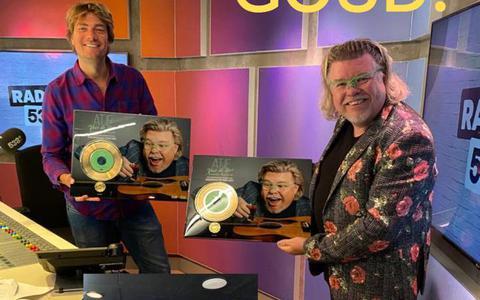 Zanger René Karst ontvangt gouden plaat voor 'Atje voor de sfeer'