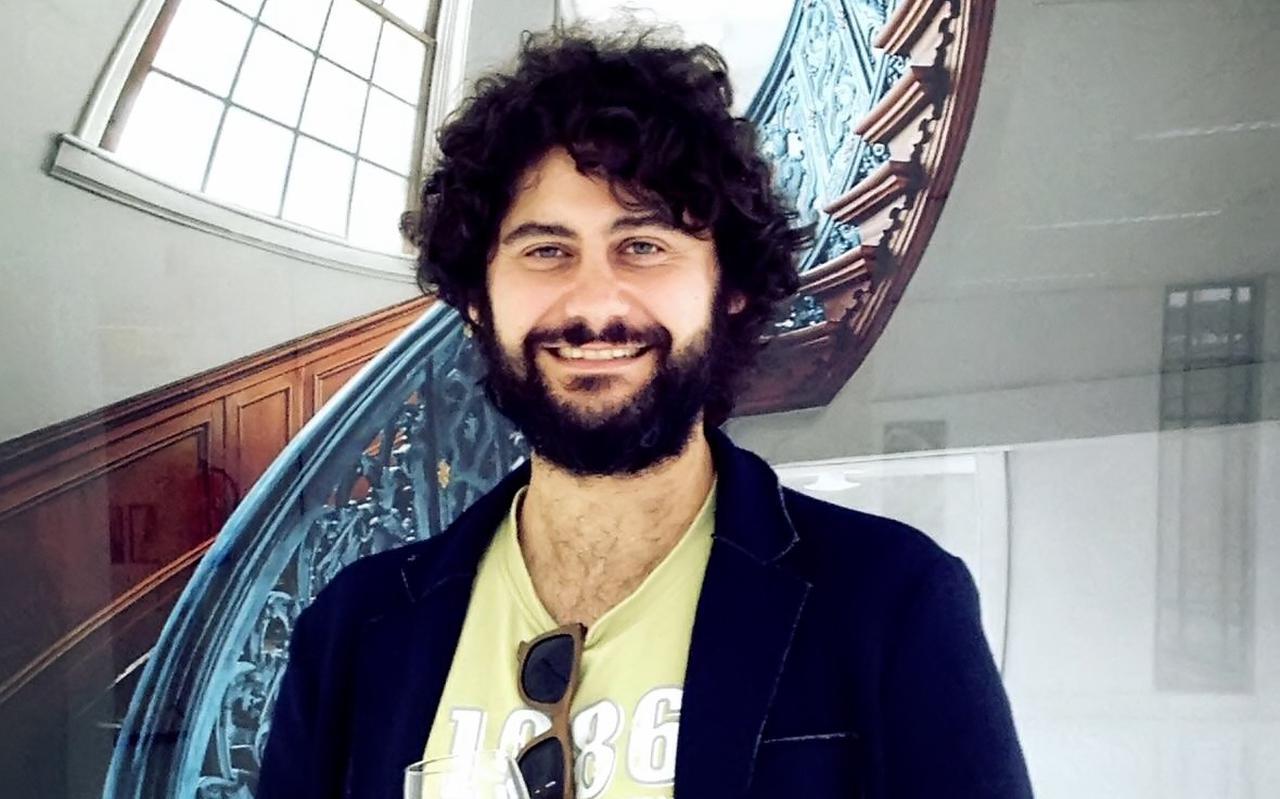 Silvio Zangarini voor een van zijn foto's van oneindige trappen.