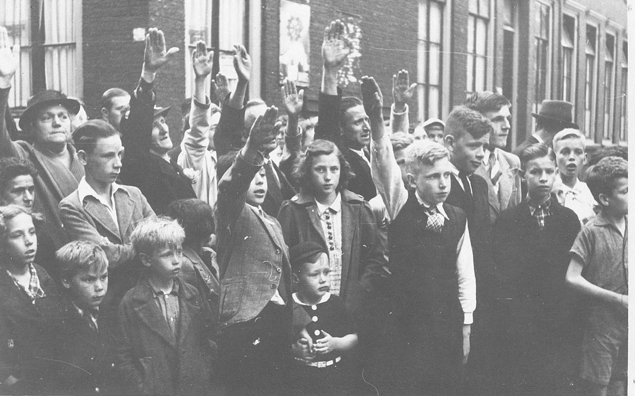 Kinderen brengen de Hitlergroet, datum onbekend. Foto: NIOD/Fotodienst der N.S.B