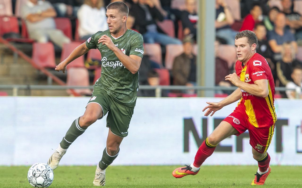 FC Emmen-speler Peter van Ooijen in duel met Go Ahead Eagles-speler Philippe Rommens