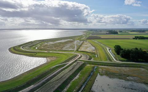 De Dubbele Dijk is al gerealiseerd bij Bierum. Inmiddels is de eerste garnalenkweker neergestreken in het proefgebied, meer telers van vis en zeegroenten moeten volgen.