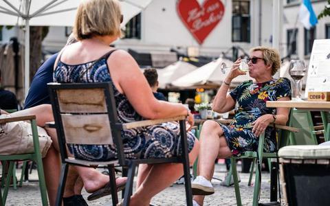 RIVM: Nederlander is minder bang voor het coronavirus en gaat vaker naar buiten