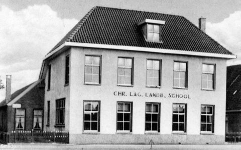 De Christelijke lagere landbouwschool aan de Veenhoopsweg in Smilde brandde in 1980 af. Op de plek van de school is nu een garage.
