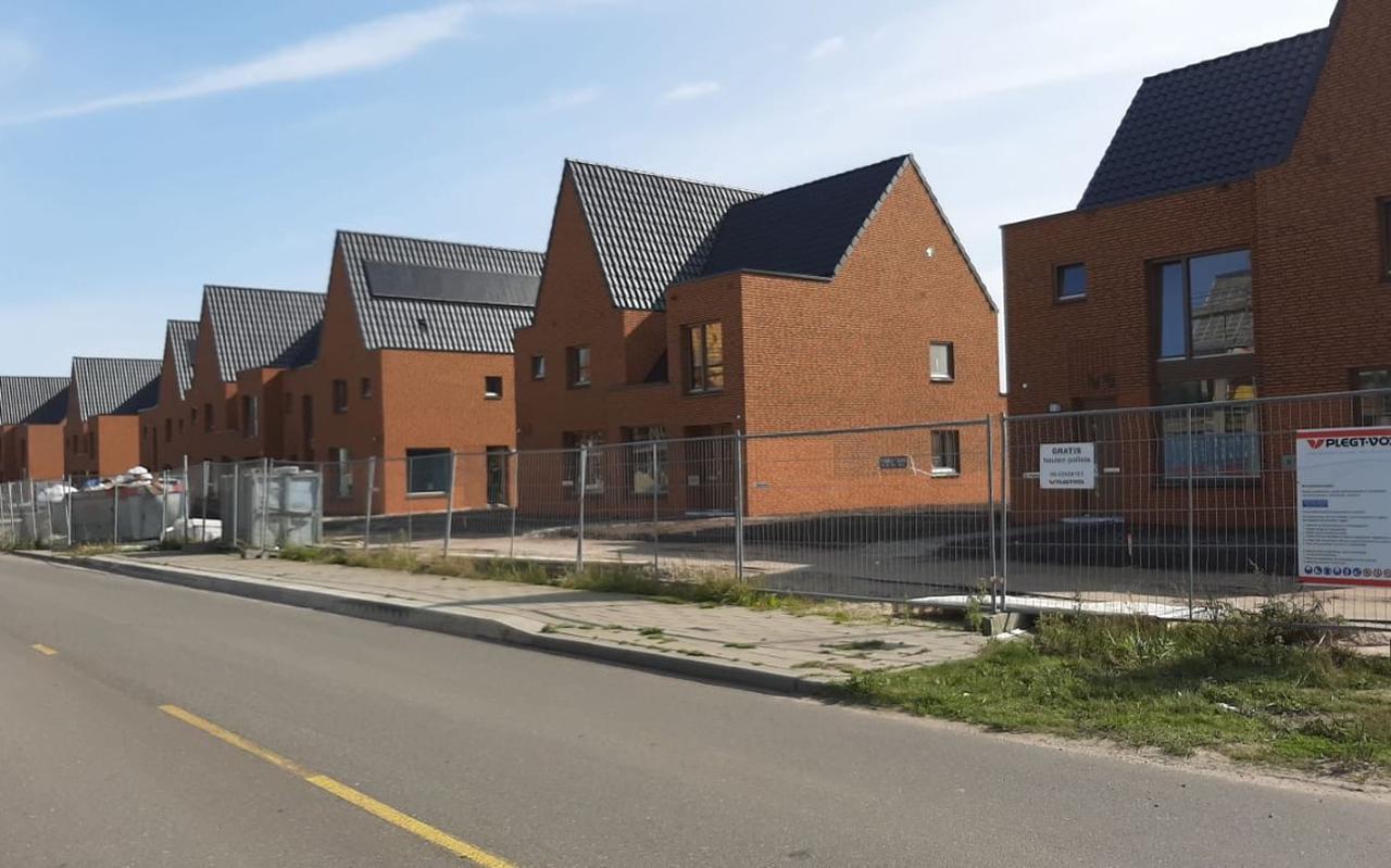 De oplevering van woningen aan de Vossenburglaan in Meerstad is uitgesteld omdat bouwer Plegt-Vos een vergoeding van de kopers wil hebben voor aardbevingsbestendig bouwen.