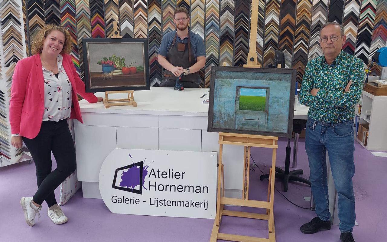 Links Ingrid Blink met twee kunstenaars.