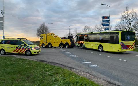 Kapotte IC-bus met coronapatiënten wordt na korte check in Radboudumc weggesleept naar Groningen (update)